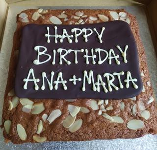 Honey cake with birthday message on chocolate plaque